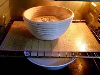 乡村面包+无油无糖版,送入烤箱二次发酵,同样底部放热水,发酵时间也是60分钟。