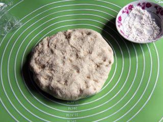 乡村面包+无油无糖版,拿出整理,滚圆。