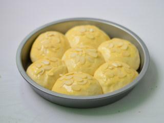 扁桃仁餐包,刷上蛋液,撒上一些扁桃仁片