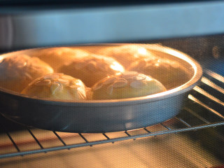 扁桃仁餐包,入烤箱,上下火170度,烤15分钟左右