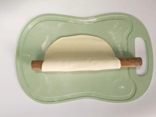 一人食手擀宽面,醒好的面团,撒少许面粉,用擀面杖擀开,像这样圈起来擀得薄薄的~
