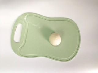 一人食手擀宽面,移到案板上,揉成一个纯滑的面团