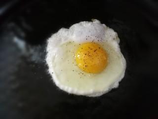 一人食手擀宽面,煎一颗太阳蛋,撒上少许盐和黑胡椒