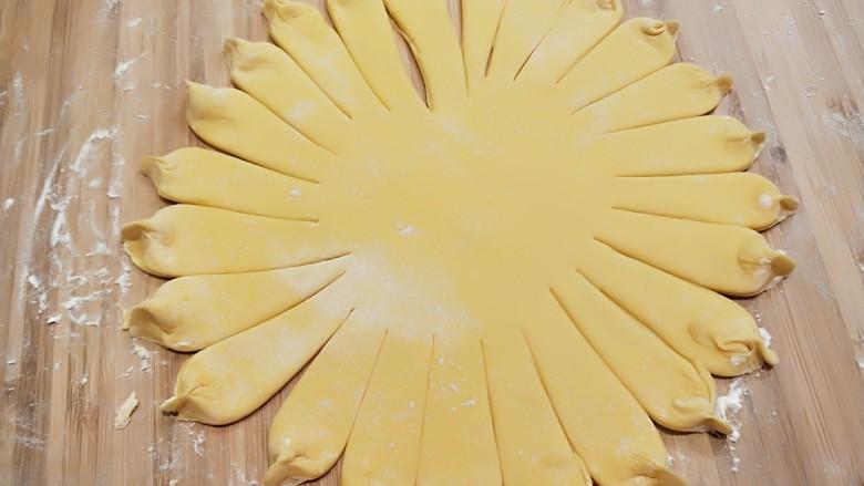 春天到了~花开富贵~南瓜面点,做好的花底。用筷子三个夹出花。
