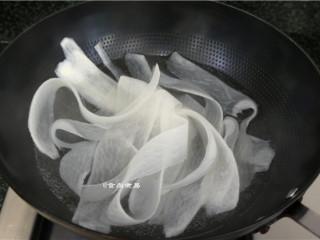 如意幸福卷,白萝卜刨成薄片,用开水焯熟软化