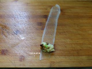 如意幸福卷,萝卜片摊开,放入拌匀的淮山香菇泥