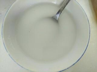 笋片木耳炒鸡蛋,两勺淀粉,加入适量清水调成淀粉汁