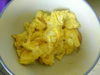 笋片木耳炒鸡蛋,盛出待用