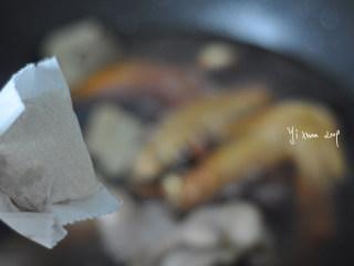 吮指鸭翅,放入一个卤料包