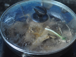 吮指鸭翅,盖上盖子,中小火卤煮约20分钟