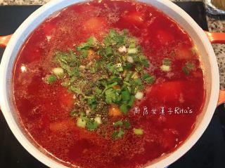 甜菜根排骨汤,煮好的汤色鲜红香甜!放入葱花和香菜末,洒些黑胡椒粉即可。