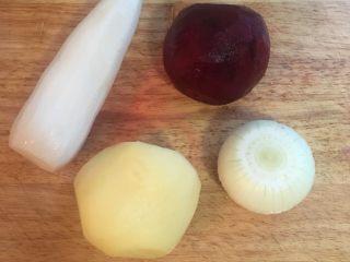甜菜根排骨汤,煮排骨时,可进行食材的处理,萝卜、马玲薯、洋葱、甜菜根削去皮。