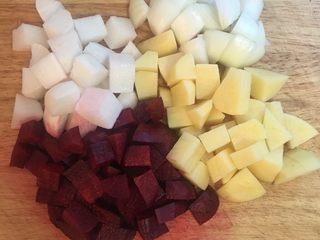 甜菜根排骨汤,所有蔬果切成等比方块。