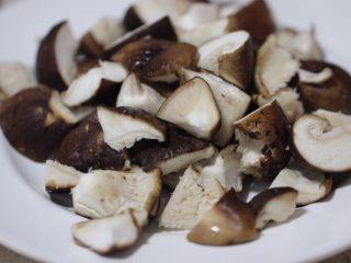 嫩炒香菇,用刀切成四瓣備用;