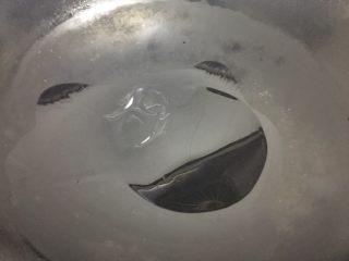 嫩炒香菇,鍋里熱鍋放油;