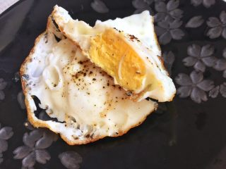 助攻熬夜疲乏—养肝豆浆,配上一颗黑胡椒煎蛋,享受你的早餐吧! 关于全蛋,我是极易敏感体质,虽然喜欢吃溏心蛋,但素,介于刚熬完夜敏感的肠胃,还是不忍心刺激它了。