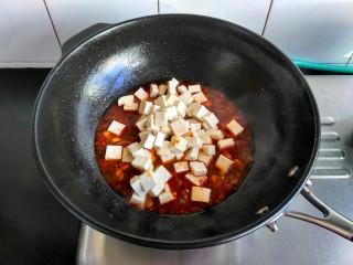 麻婆豆腐,把焯过水的豆腐放入,焖煮几分钟,让豆腐入味