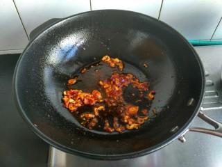麻婆豆腐,豆瓣酱放入,炒出红油