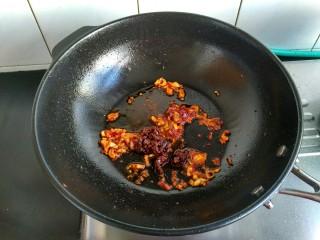 麻婆豆腐,舀一勺香菇酱放入,炒香