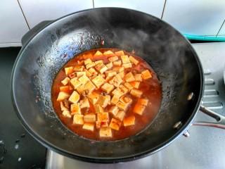 麻婆豆腐,把水淀粉倒入,搅拌均匀。锅开后放少许鸡精即可出锅