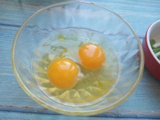 木须肉丝,鸡蛋打入碗,打散备用