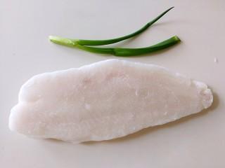 番茄豆腐巴沙鱼~让孩子爱上吃饭,巴沙鱼从冰箱拿出来回温,葱切成葱花备用