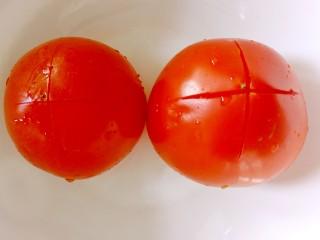 番茄豆腐巴沙鱼~让孩子爱上吃饭,西红柿洗干净后用刀在上面浅浅的划一个十字