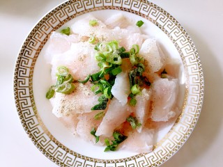 番茄豆腐巴沙鱼~让孩子爱上吃饭,鱼片里面放入葱花,盐,白胡椒粉腌制十分钟