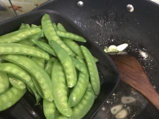 腊肠荷兰豆,下焯好水的荷兰豆