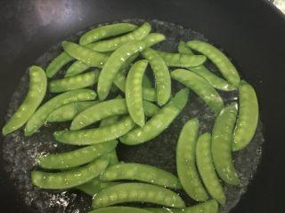 腊肠荷兰豆,下荷兰豆烫至变色