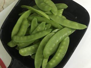 腊肠荷兰豆,荷兰豆掐头去尾后洗干净