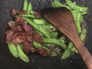 腊肠荷兰豆,下炒好的腊肠 加鸡粉翻炒均匀