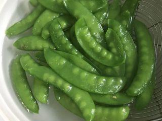 腊肠荷兰豆,捞出过冷水