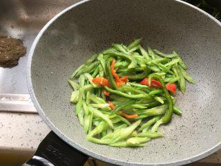 芹菜炒牛肚片,下入青椒、红椒
