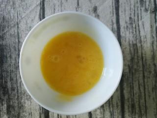 无敌酱油炒饭,打入碗中,搅匀