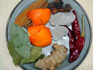 下酒菜-香辣鸡胗,再次取锅烧开水,放入生姜,辣椒,橘子皮,冰糖,八角,桂皮,香叶。