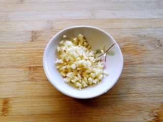 下酒菜-香辣鸡胗,蒜头切末。