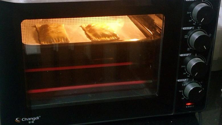 法式甜点~香蕉派,烤箱上下火180°,提前预热十分钟,送入烤盘后烤20分钟。