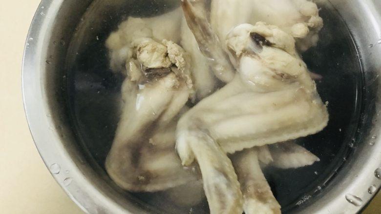 盐焗鸡翅(家常版),放入冰水中浸泡30分钟。