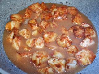 红乳芋头,倒入一小碗水,水量基本和芋头齐平。