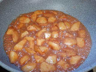红乳芋头,盖上盖子用中小火焖煮10分钟左右,至芋头酥烂。