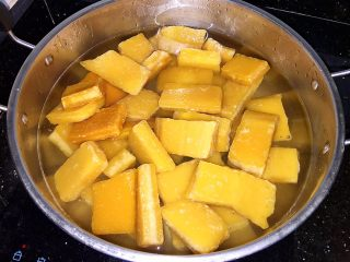 田艾印粿,4斤片糖加入适量清水煮至糖溶化。
