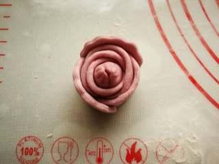 花开富贵—花朵馒头,把面片稍微拉长沾水粘到花朵上