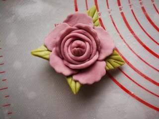 花开富贵—花朵馒头,沾水粘到花朵的外层。白色花朵相同的方法操作。