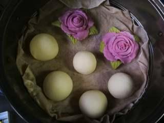花开富贵—花朵馒头,花朵做好后室温醒发至面团饱满。冷水上锅大火蒸18分钟,关火后闷5分钟再打开锅盖。