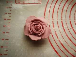 花开富贵—花朵馒头, 按图中样子沾水粘贴。花朵就做好了。