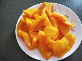黄金南瓜小馒头,蒸熟的南瓜很诱人,黄黄糯糯的,