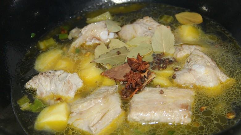 红烧排骨土豆,然后加水,加温水或者热水,把调料都放进去