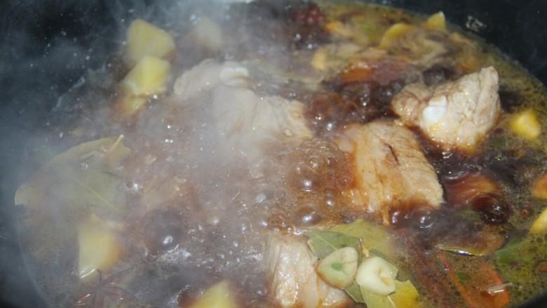 红烧排骨土豆,大火煮开