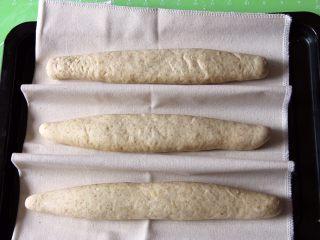 粗粮长棍面包,再这里说一下,我用发酵帆布的,可以折叠中间隔离。这种方法出来的效果更好。